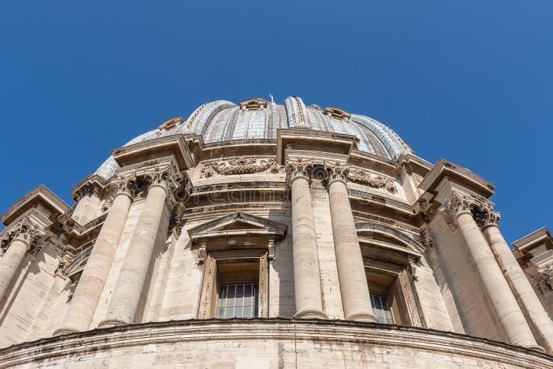 ROME ITALIEN - marsch, 2019: St?ng sig upp av kupolkupolen av den p?vliga basilikan av St Peter San Pietro i Vatican City Rome, arkivfoto