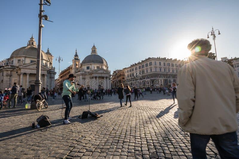 11/09/2018 - Rome Italien: Musicia för gata för söndag eftermiddagfiol royaltyfri bild