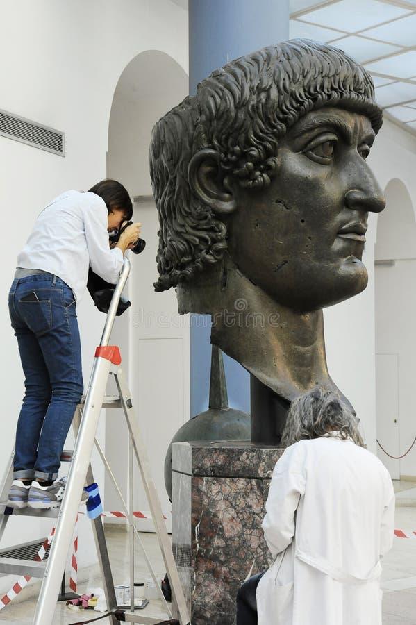 Rome Italien - Oktober 11, 2018: Återställande av den kolossala Constantine brons statyn i det Capitoline museet, Rome, Italien arkivbilder