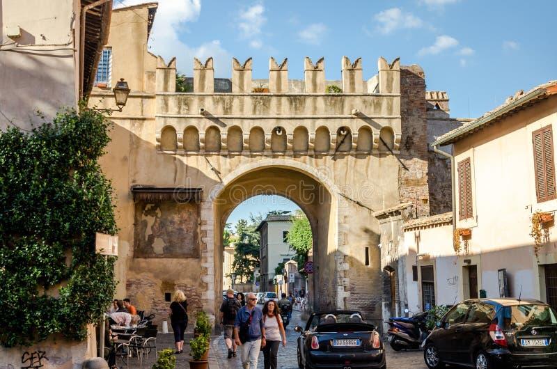 Rome Italien - Oktober 2015: Gamla gator av forntida Rome, Italien, båge på vägen arkivbilder