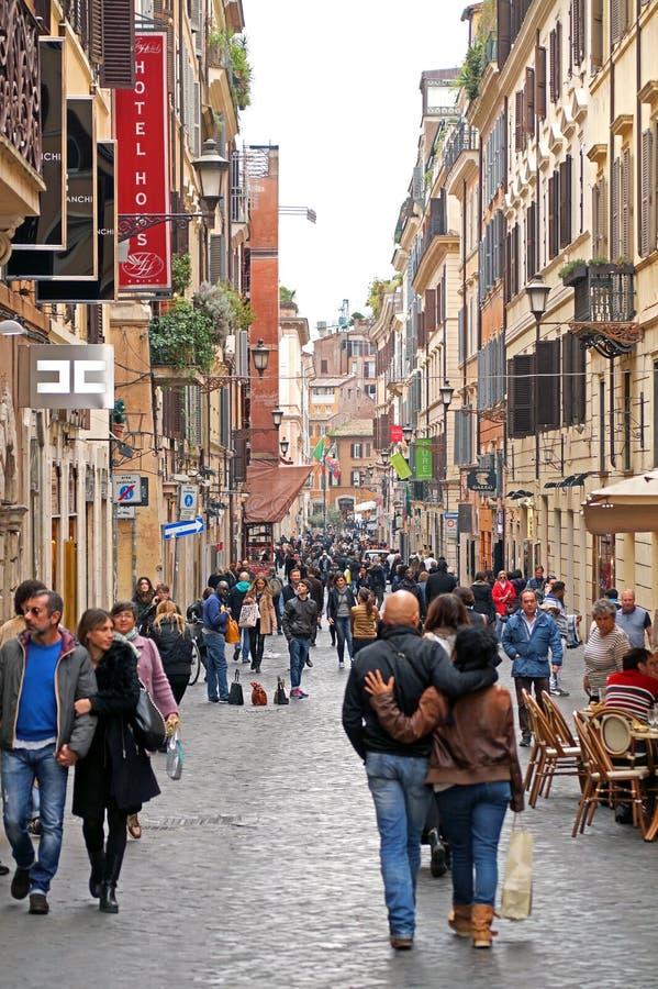 ROME ITALIEN - 6 OKTOBER 2015: Via Della Vite på, in är en upptagen och trendig gata av, arkivfoto