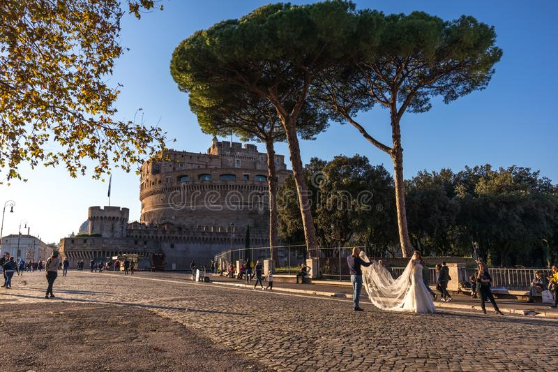 11/09/2018 - Rome Italien: På Castel Sant 'angelo brud som en är ph royaltyfria bilder