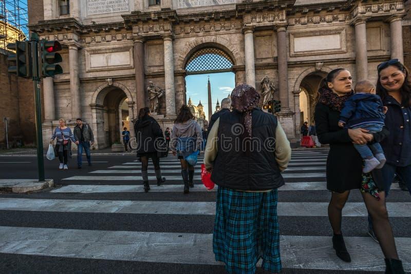 11/09/2018 - Rome Italien: söndag eftermiddag i centret, pe royaltyfri bild