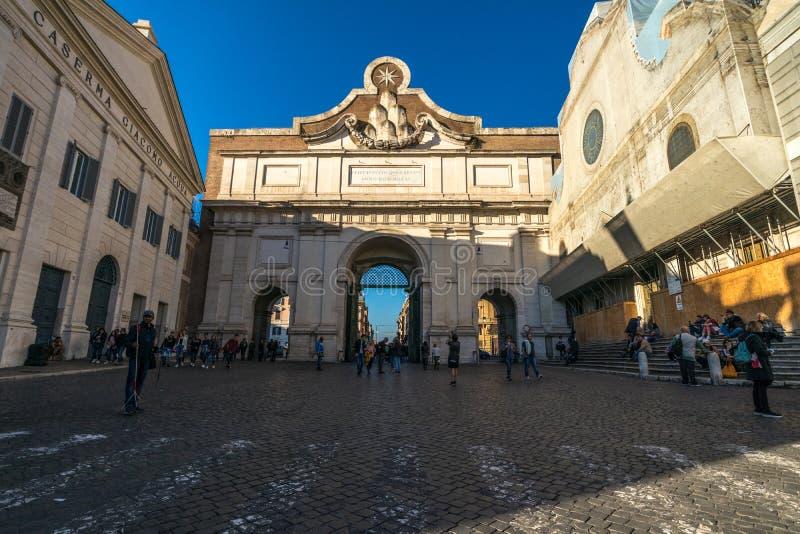 11/09/2018 - Rome Italien: söndag eftermiddag Porta del Popolo, pia royaltyfri bild
