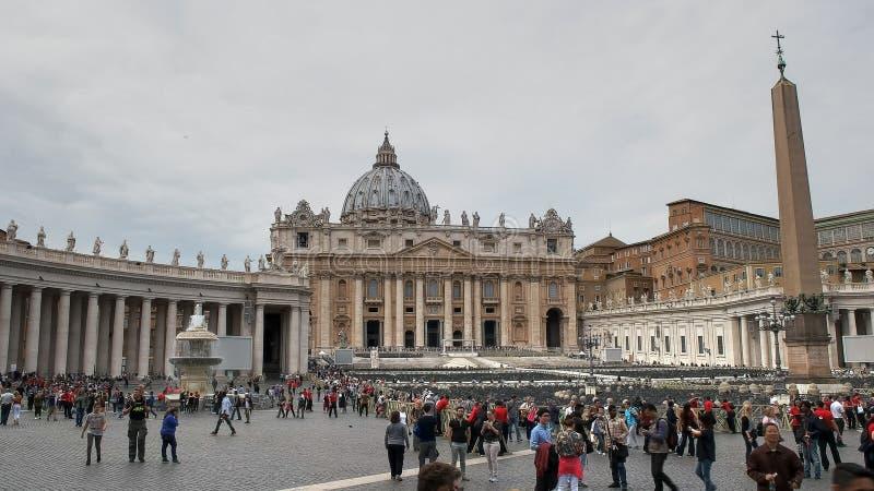 ROME ITALIEN SEPTEMBER 30, 2015: folkmassor av turister i Sts Peter fyrkant, rome arkivfoto