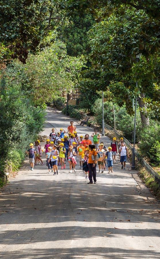 ROME ITALIEN - September 5 2016: Gruppen av barn går på en turnera av den Roma zoo Semestern en fridag, undersöker, arkivbild