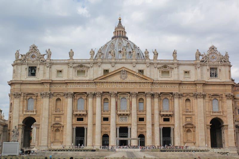 Rome Italien - September 02, 2017: Härlig Sts Peter basilikafyrkant på den blåa himlen och molnet royaltyfria foton