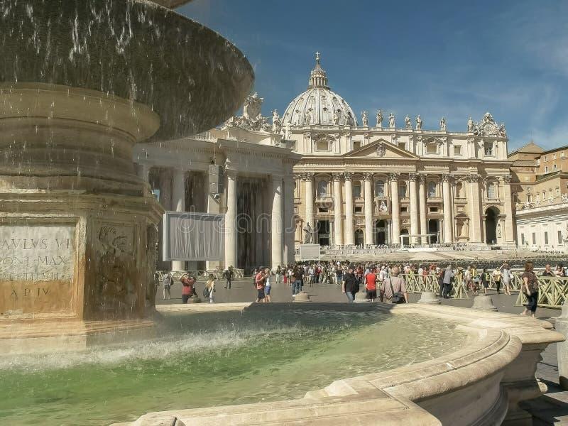ROME ITALIEN SEPTEMBER, 6, 2016: morgonen sköt av en springbrunn i St Peter, Vatican City arkivbild