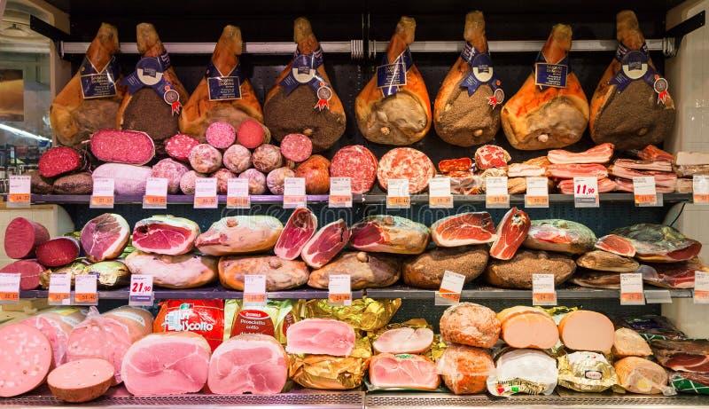 ROME ITALIEN - September 11, 2016: Olika italienska köttprodukter i supermarket i Rome, Italien royaltyfri bild