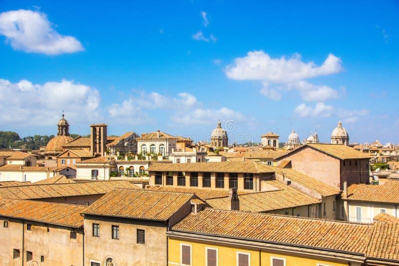 Rome Italien - September 12, 2017: Sikt på de gamla röda taken av Rome Rome historisk mitthorisont med gamla kupoler och moln royaltyfri fotografi