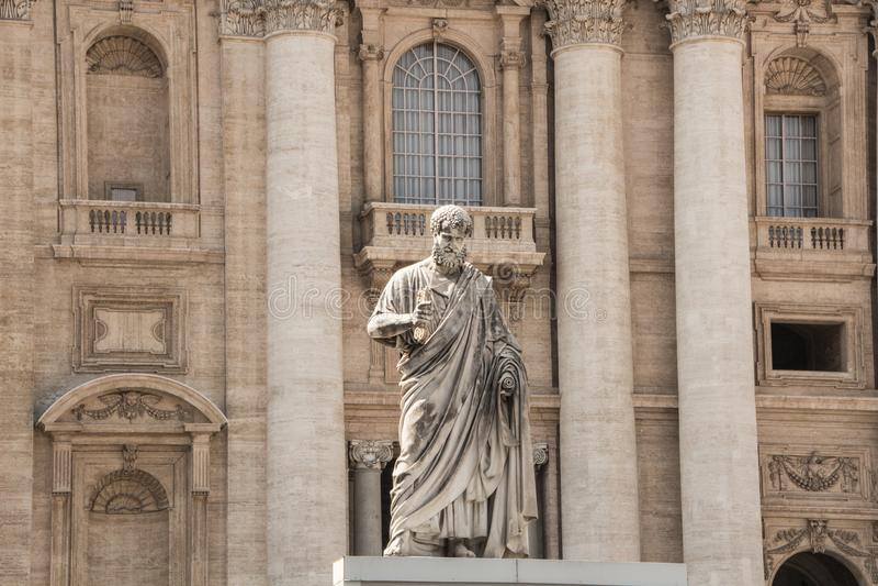 Rome Italien - September 13, 2017: Statyn av St Peter, som rymmer tangenten till himmel Basilika för St Peter ` s i bakgrunden arkivbilder