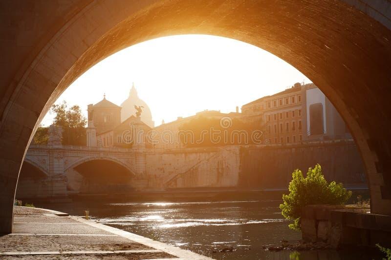 Rome Italien - sikt av floden Tiber på solnedgången, på bakgrundsSts Peter kupol för basilika royaltyfria foton
