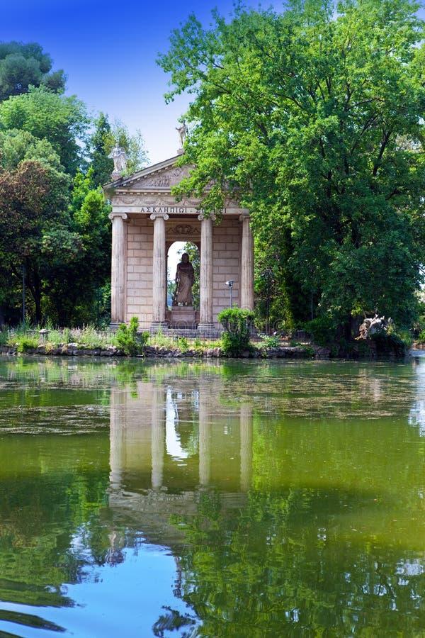 Rome Italien. Tempel av Esculapio i den villaBorghese trädgården arkivfoto