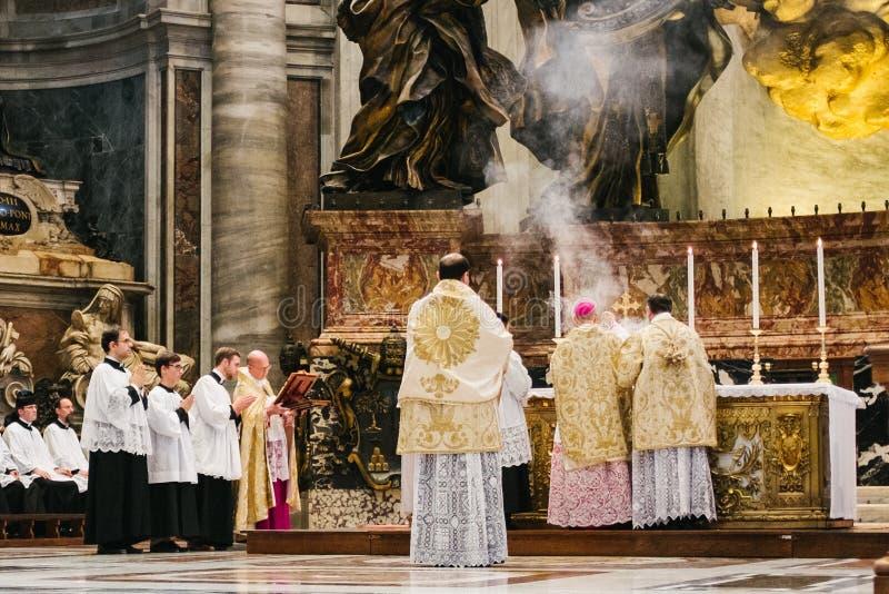 Rome-Italy-10-24-2015 masa pontifical santa en masa antigua del rito fotografía de archivo