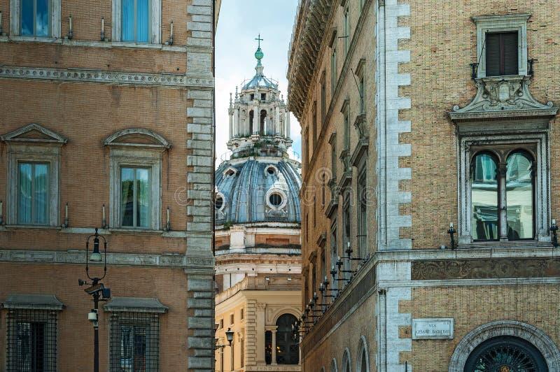 ROME; ITALY-MAY 22,2013: gammal gata av Rome royaltyfri fotografi