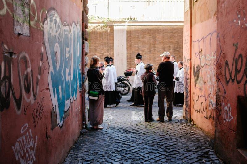 ROME-ITALY-24 10 2015, procesión religiosa a través de las calles imagen de archivo libre de regalías