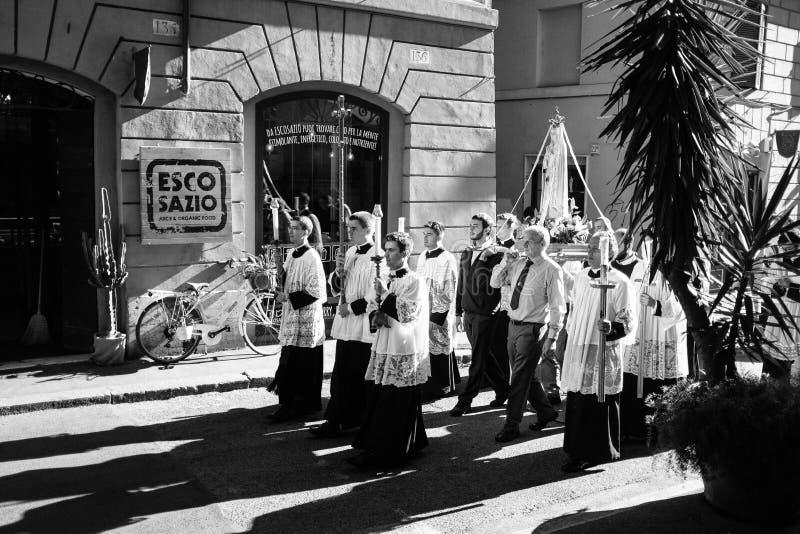 ROME-ITALY-24 10 2015, procesión religiosa a través de las calles imagenes de archivo