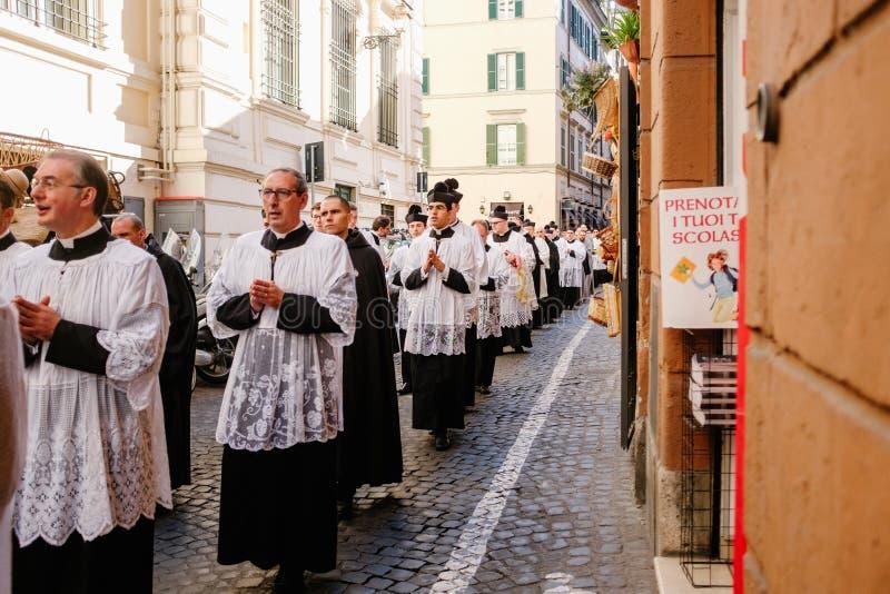 ROME-ITALY-24 10 2015, procesión religiosa a través de las calles imágenes de archivo libres de regalías
