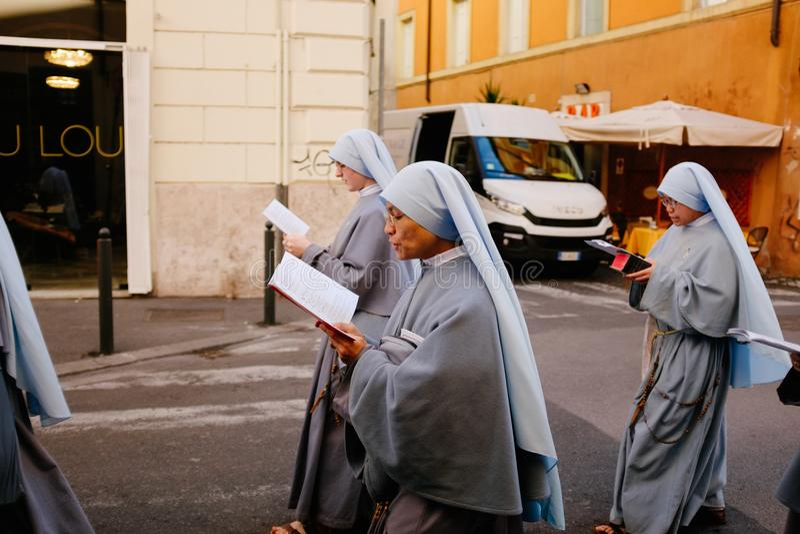 ROME-ITALY-24 10 2015, procesión religiosa a través de las calles foto de archivo libre de regalías