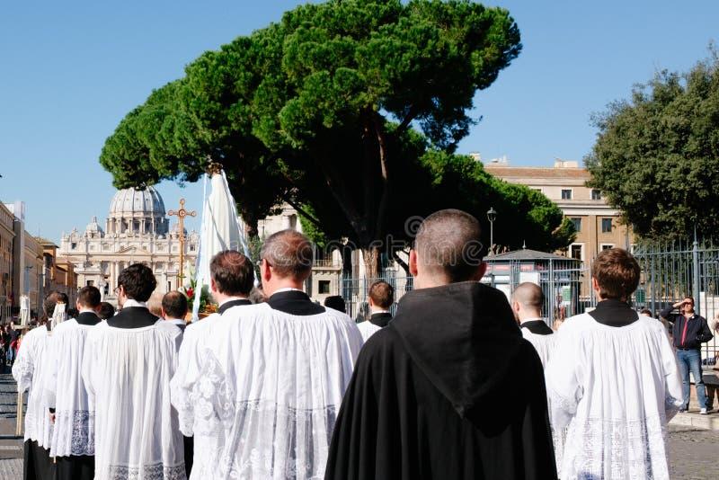 ROME-ITALY-24 10 2015, procesión religiosa a través de las calles foto de archivo