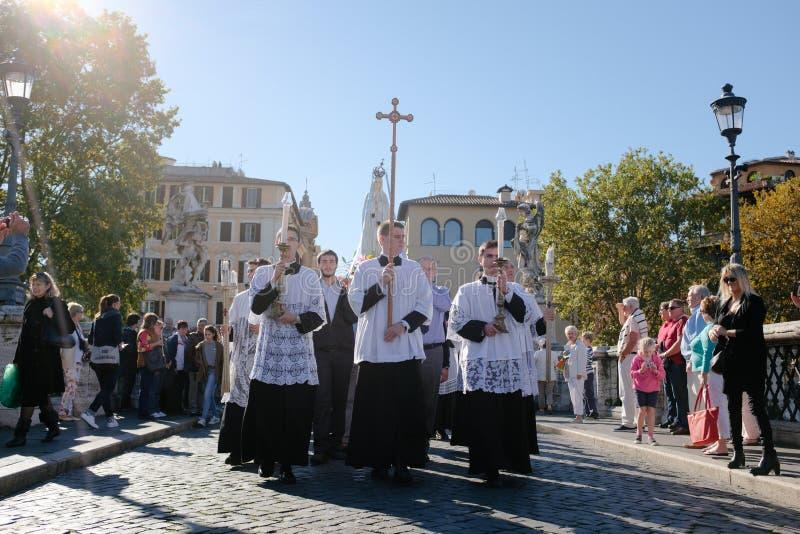 ROME-ITALY-24 10 2015, procesión religiosa a través de las calles fotografía de archivo