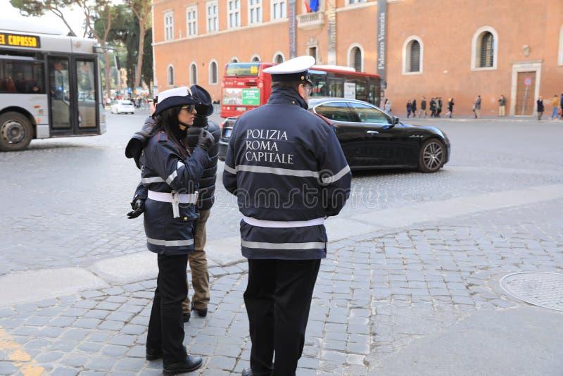 ROME - JANUARI 3: Den Rome polisen kontrollerar gatan i Rome 3 Januari 2019, Italien Rome är en av befolkade mest arkivbild