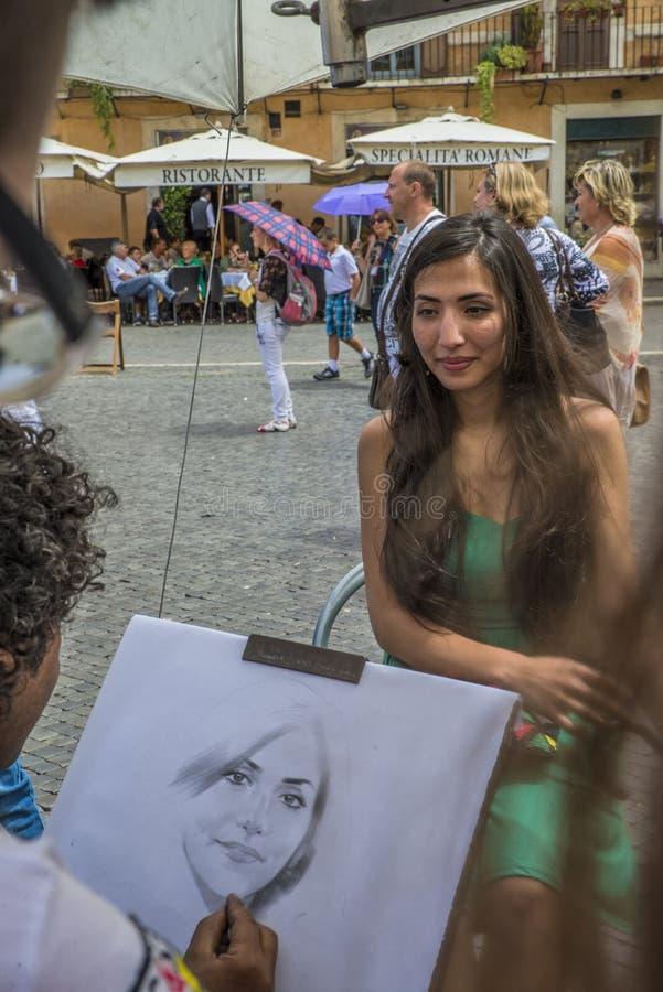 Rome - Juni 18, 2014: Een straatkunstenaar van Rome schildert een Latijns-Amerikaanse vrouw in de straat stock foto's