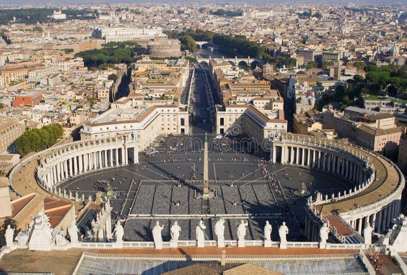 Rome - kijk van koppelwerkwoordst. Peters kathedraal stock foto's