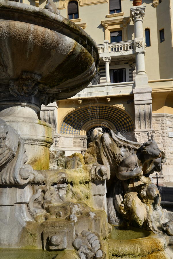 Rome, l'Italie, fontaine d'eau baroque et bâtiment de liberté images stock