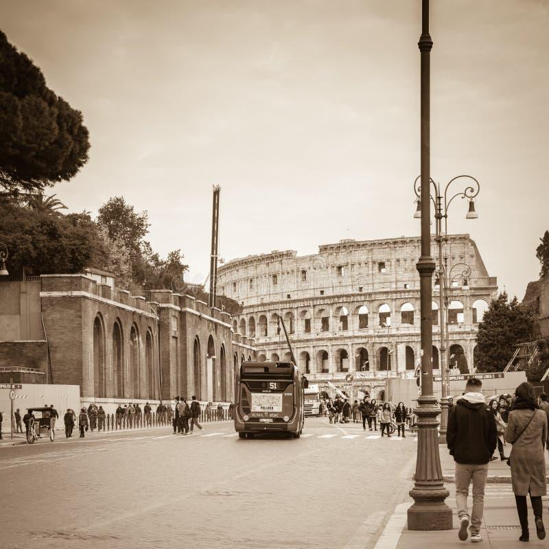 Rome Lazio, Italien, December 2018: Colosseumen eller coliseumen, också som är bekanta som Flavian Amphitheatre, är en oval amfit royaltyfri foto