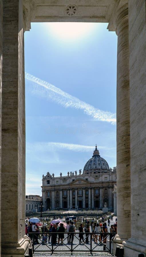 Rome Lazio, Italien Maj 25, 2017: Beskåda mellan två kolonner, av basilika för St Peter ` s arkivbild