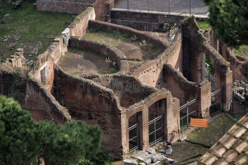 Rome, le forum romain Vieille ruine Silhouette d'homme se recroquevillant d'affaires image libre de droits