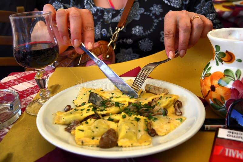 Rome le soir Ravioli dans un café près de la fontaine de TREVI images stock