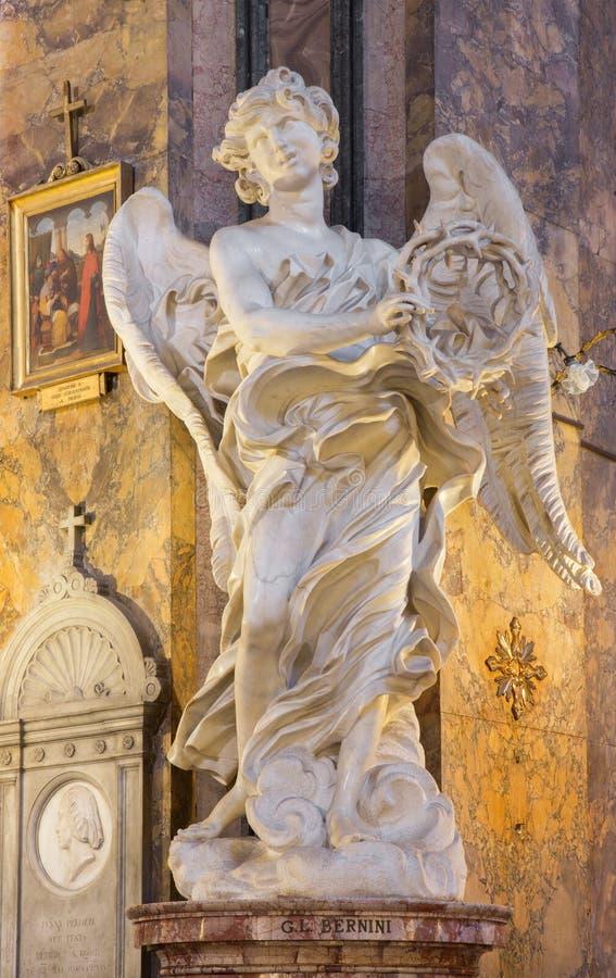 Rome - marmorstatyn av ängeln med kronan av thornsinkyrkaBasilika di Sant' Andrea delle Fratte av Gian Lorenzo Bernini royaltyfria foton