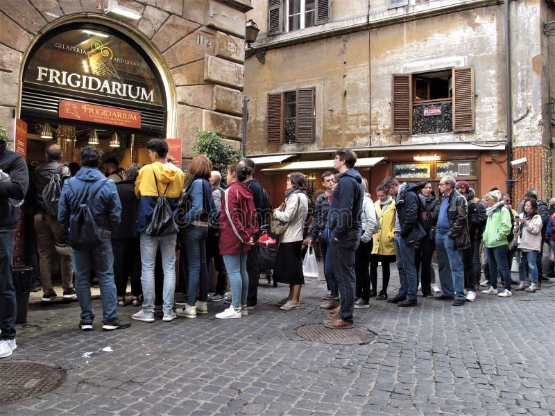 Rome, mensen op een rij royalty-vrije stock afbeeldingen