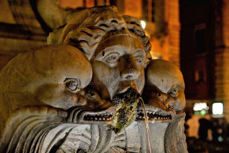 Rome nattgata med skulptur och den gamla fontainen, Italien royaltyfria foton