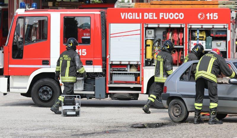 Rome, RM, Itali? - Mei 23, 2019: brandbestrijders in actie na stock afbeelding