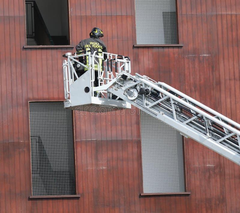 Rome, RM, Italie - 23 mai 2019 : Sapeur-pompier sur la plate-forme a?rienne o photos libres de droits
