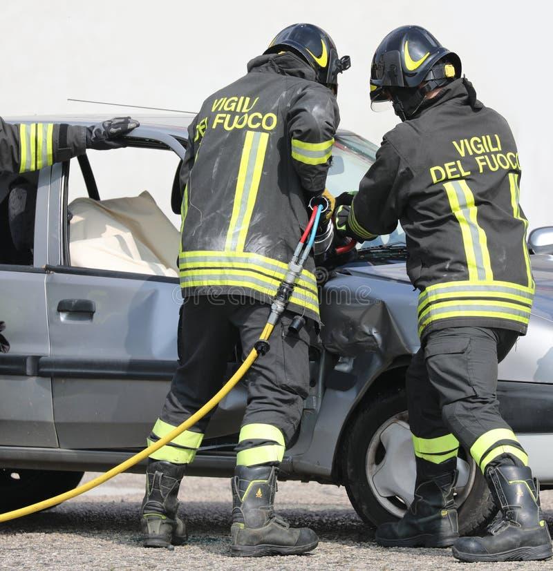 Rome RM, Italien - Maj 23, 2019: brandmän med enhetligt och te royaltyfri bild
