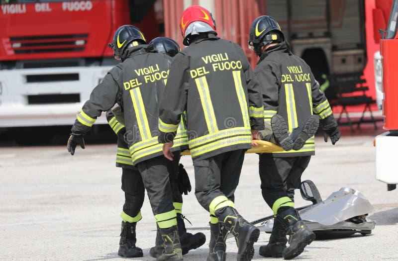 Rome RM, Italien - Maj 23, 2019: brandmän med enhetligt och te arkivfoton