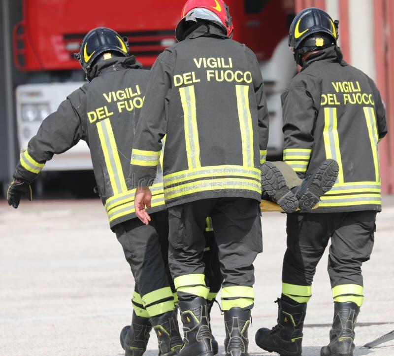 Rome RM, Italien - Maj 23, 2019: brandmän med enhetligt och te royaltyfria foton