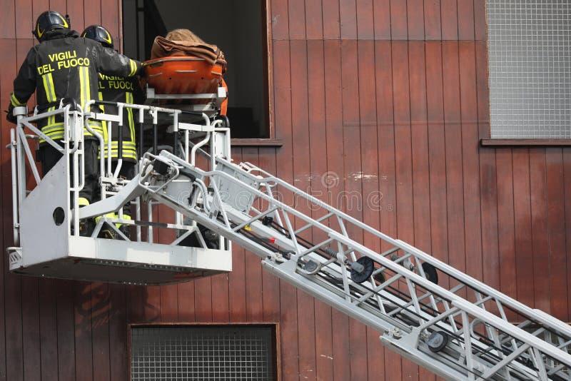 Rome RM, Italien - Maj 23, 2019: brandmän och text VIGILI DEL fotografering för bildbyråer