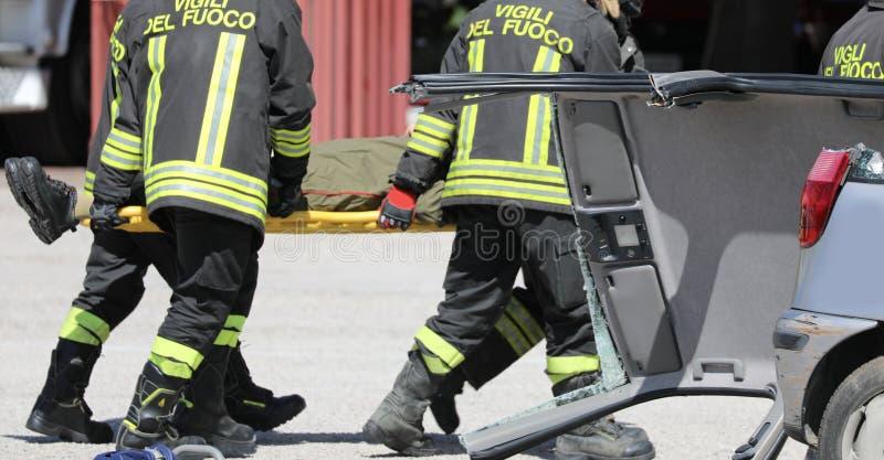 Rome RM, Italien - Maj 16, 2019: brandmanbårbärare och en w royaltyfri bild