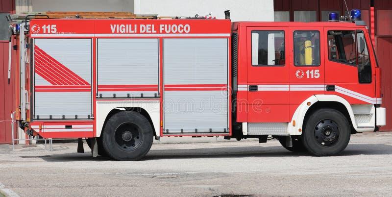 Rome RM, Italien - Maj 23, 2018: brandmotor med text VIGILI DEL arkivbilder
