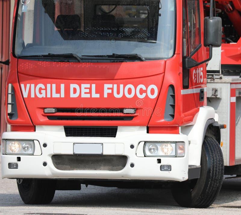 Rome RM, Italien - Maj 23, 2019: lastbilbrandm?n med text VIG arkivbild
