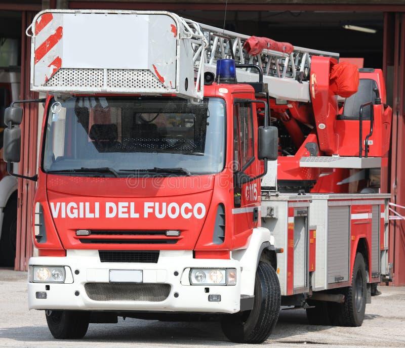 Rome RM, Italien - Maj 23, 2019: motor för röd brand med text VIGILI royaltyfria foton