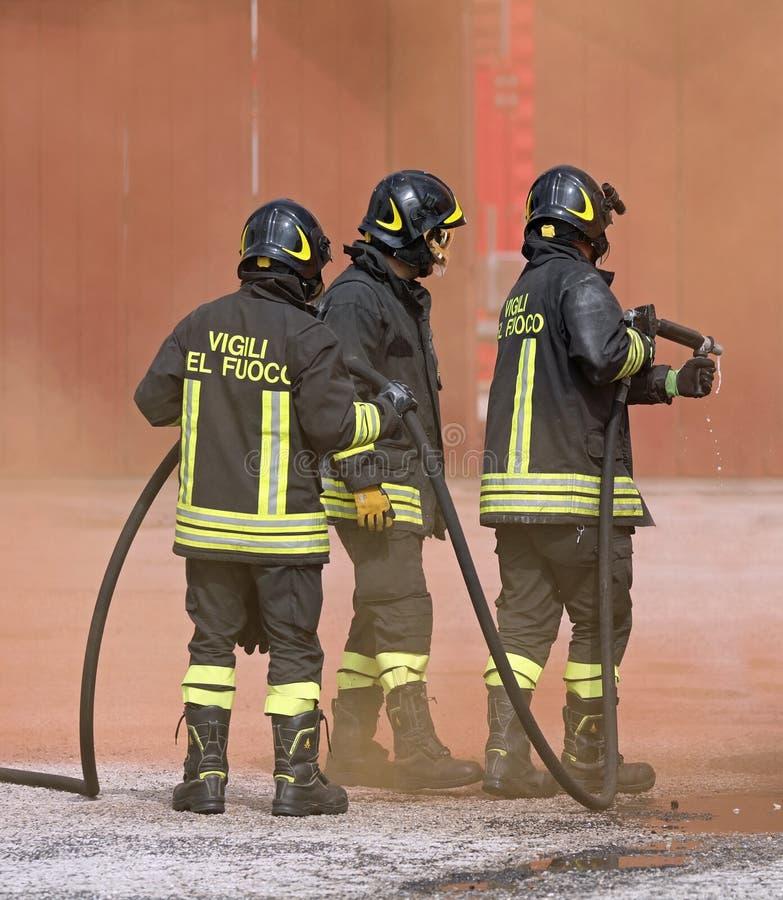Rome RM, Italien - Maj 23, 2019: tre modiga brandmän med FN arkivfoton