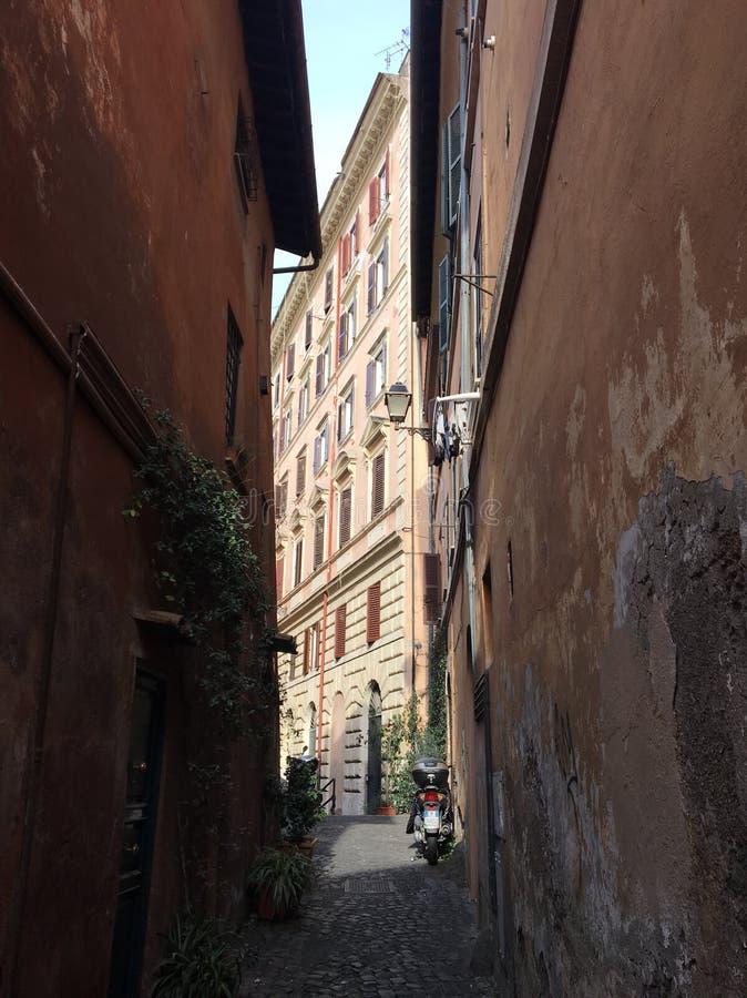 Rome smala gator arkivfoton