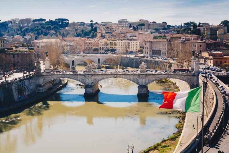 Rome stadshorisont och italiensk flagga i Rome Italien arkivfoto