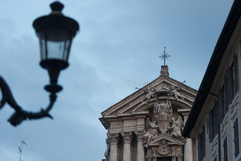 Rome staty på yttersidan från stenmarmorstil Roman Empire Artist Designs i Rome Italien 2014 royaltyfri foto